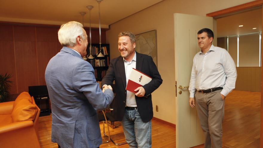 El presidente de CHA, José Luis Soro, saluda al presidente de las Cortes de Aragón, Javier Sada