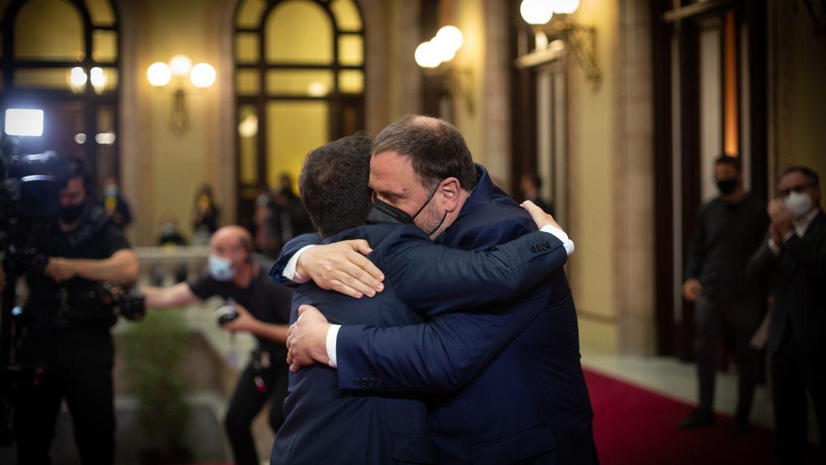 Aragonès y Junqueras se abrazan