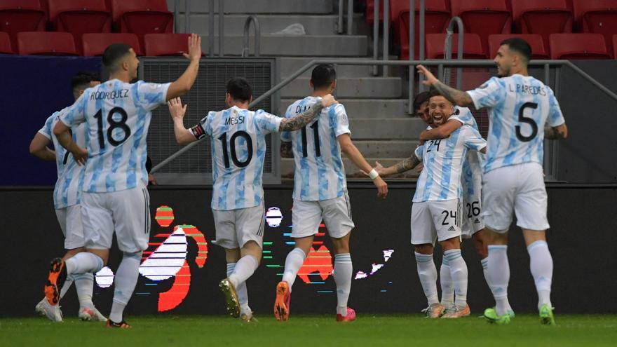 """El festejo argentino tras el gol de Alejandro """"Papu"""" Gómez."""