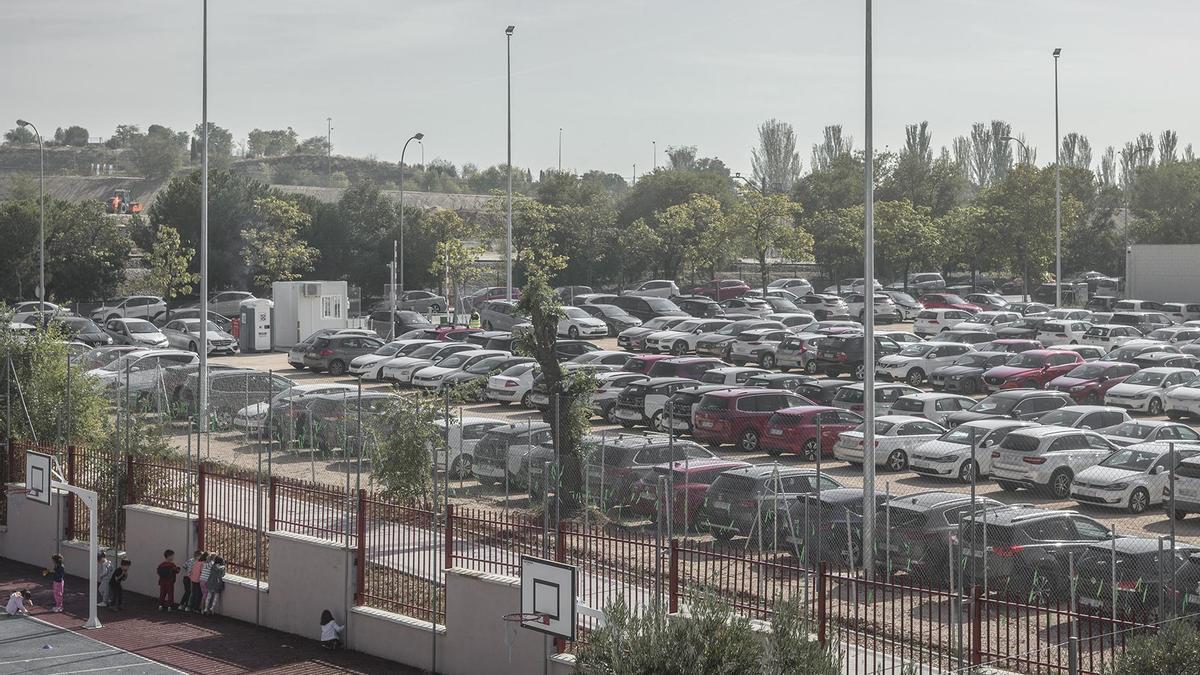 El colegio público Juan Zaragüeta de Hortaleza y el parking para empleados de Iberdrola.