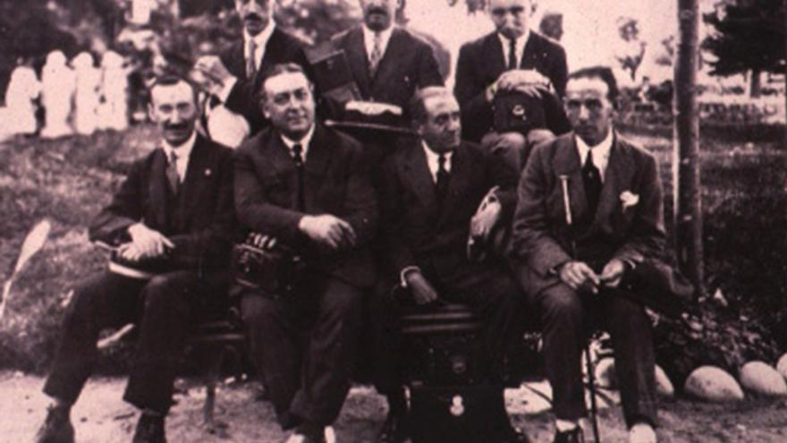Grupo de informadores gráficos locales y nacionales que cubrían lainformación del veraneo regio con motivo de la Asamblea de la Prensa enEspaña (Agosto de 1922). | Luis Udías (Pressman)