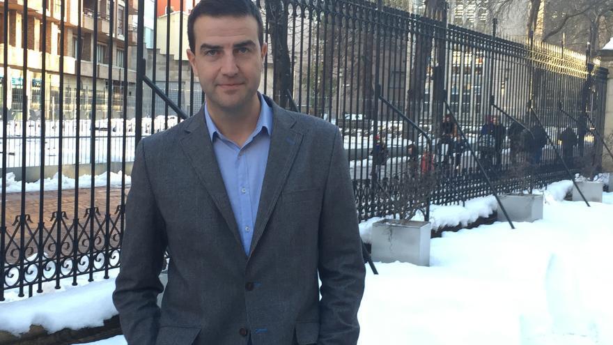 El portavoz de UPyD, posa antes de la entrevista en las afueras del Parlamento vasco.