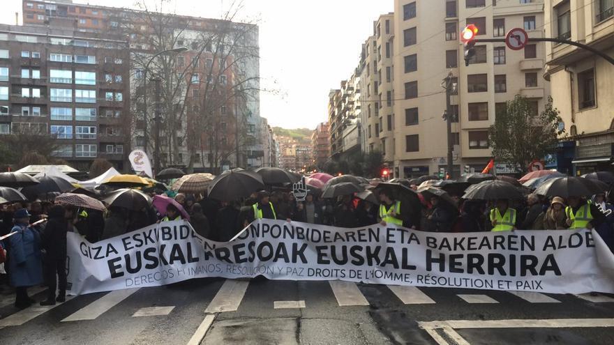 """Euskal presoak Euskal Herrira"" y ""Giza eskubideen, konponbidearen eta balearen alde"" (Derechos humanos, resolución y paz), lemas principales de la cabecera de la manifestación"
