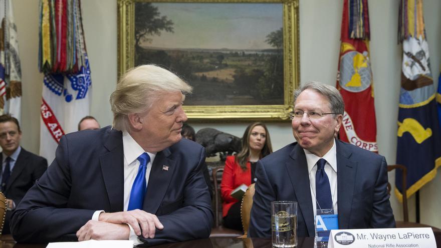 Donald Trump y Wayne LaPierre se sonríen durante un encuentro en la Casa Blanca