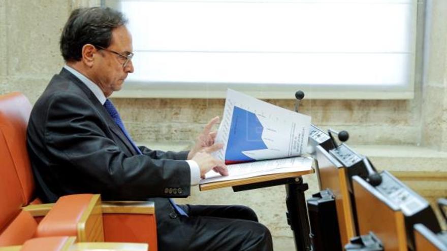 Vicent Soler estudia unos gráficos en la sala de prensa de las Corts Valencianes.