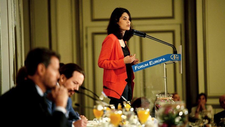 La candidata de Unidas Podemos a la Comunidad de Madrid, Isabel Serra, en un desayuno informativo acompañada por Pablo Iglesias.