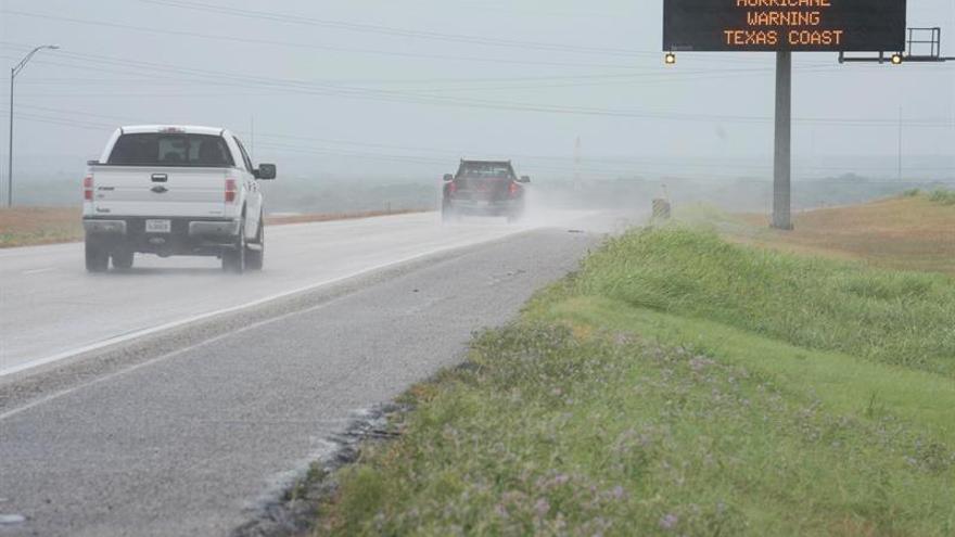 """El gobernador de Texas alerta de """"inundaciones históricas"""" por el huracán Harvey"""