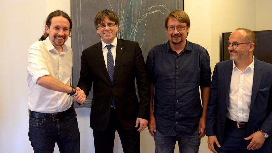 Puigdemont avisa a Iglesias de que, además del referéndum, la moción de censura debe incluir reducción del déficit