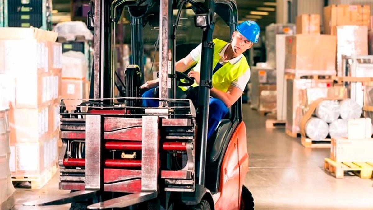 Un trabajador transporta mercancías.