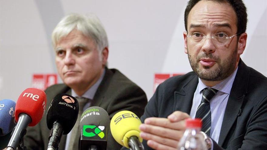 El portavoz del Grupo Socialista en el Congreso, Antonio Hernando (d) acompañado del secretario general de los socialistas canarios, José Miguel Pérez. (Efe/Cristóbal García).