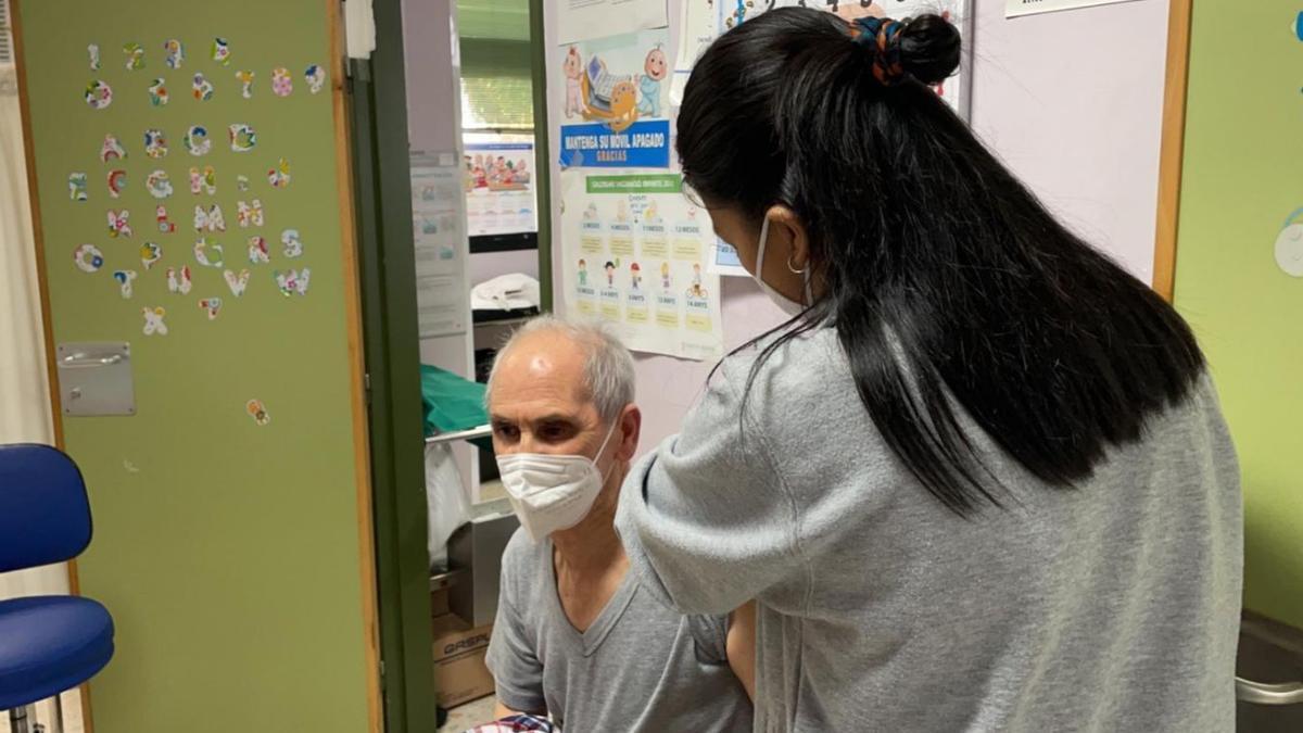 Una sanitaria vacuna a un ciudadanos en un centro de salud valenciano.
