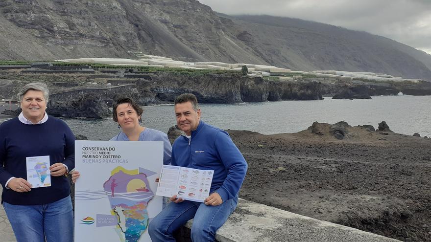 La alcaldesa de Los Llanos de Aridane, Noelia García Leal; Tamia Brito Izquierdo, bióloga responsable de la Reserva Marina de la Palma. y Tony Lorenzo, concejal de Medio Ambiente con el folleto donde comienza la Reserva Marina (Charco Verde).