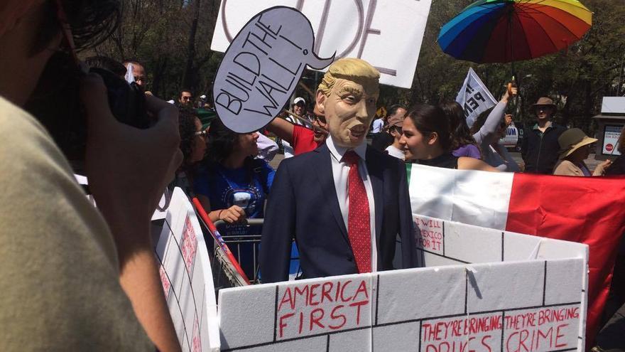 """Miles de personas salen a las calles de México para exigir """"respeto"""" a Donald Trump"""