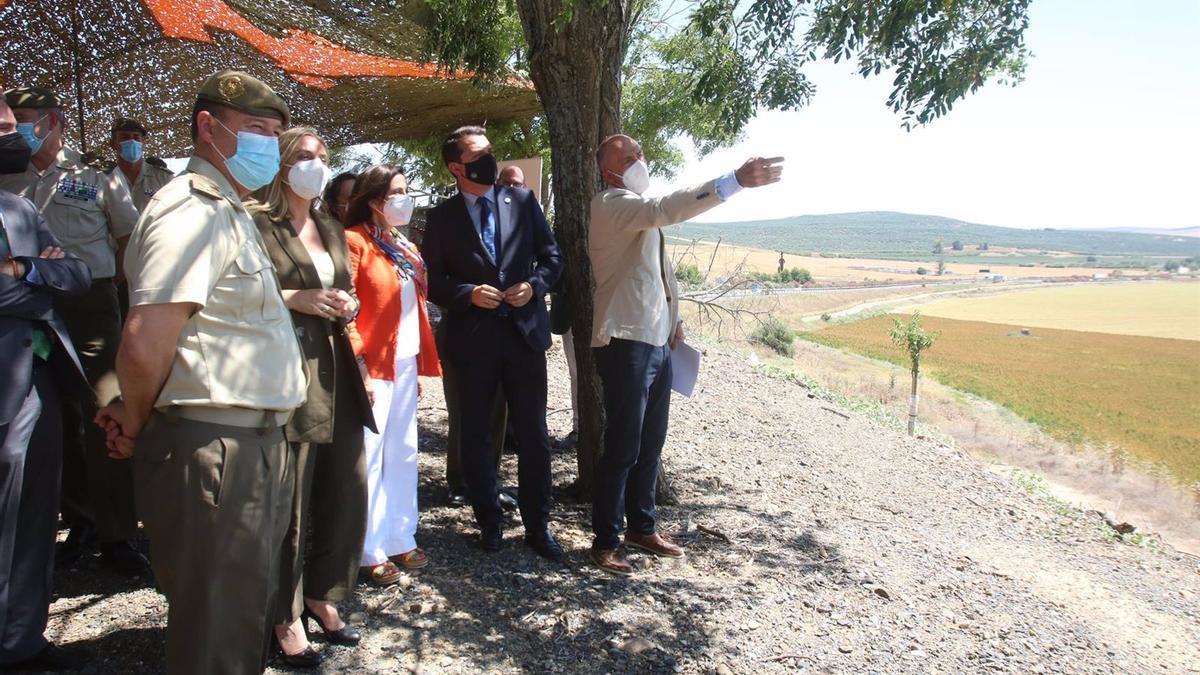 Visita de las autoridades a los terrenos de La Rinconada donde se instalará la base logística del Ejército de Tierra en el término de Córdoba