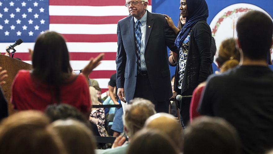 Sanders contesta a las preguntas de universitarios en un acto de campaña de las primarias demócratas en 2015.