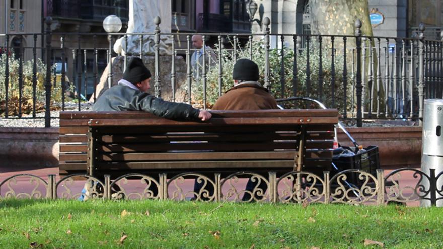Dos usuarios del albergue de Mazarredo conversan en un parque de Bilbao. /G. A.