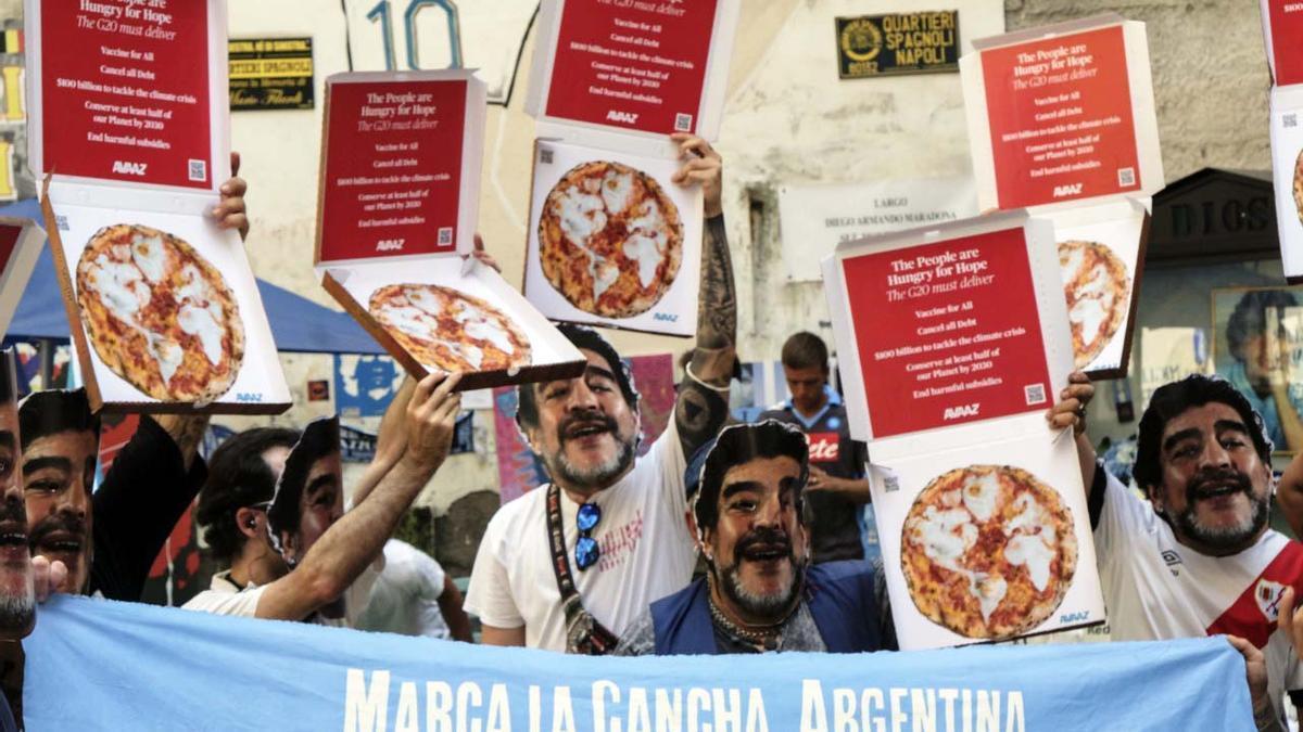 Marcha en Italia con máscaras de Maradona