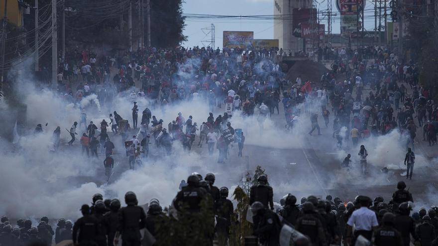 Disturbios en el bulevar Centroamérica de Tegucigalpa. Los cuerpos policiales y militares bloquearon el paso a la marcha que pretendía llegar hasta el Estadio Nacional.