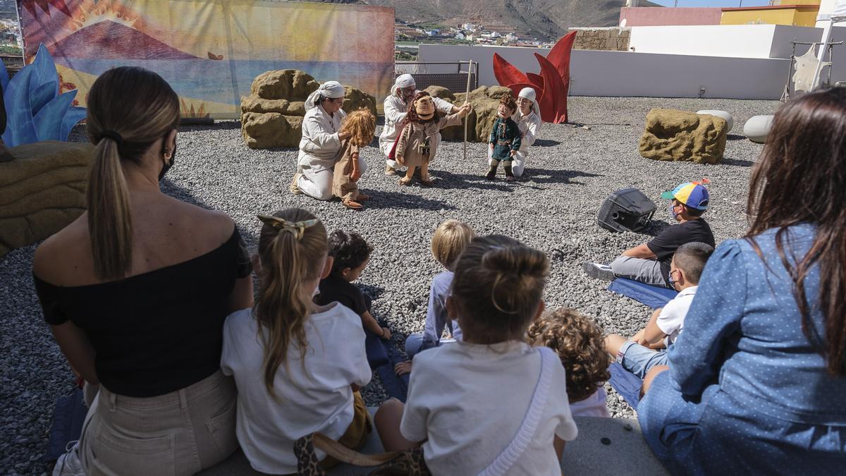 Sesión de una actividad familiar en la Cueva Pintada.
