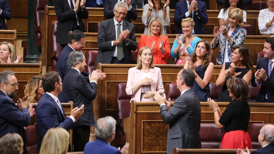 Aplausos de la bancada 'popular' tras ser elegida Ana Pastor presidenta del Congreso.