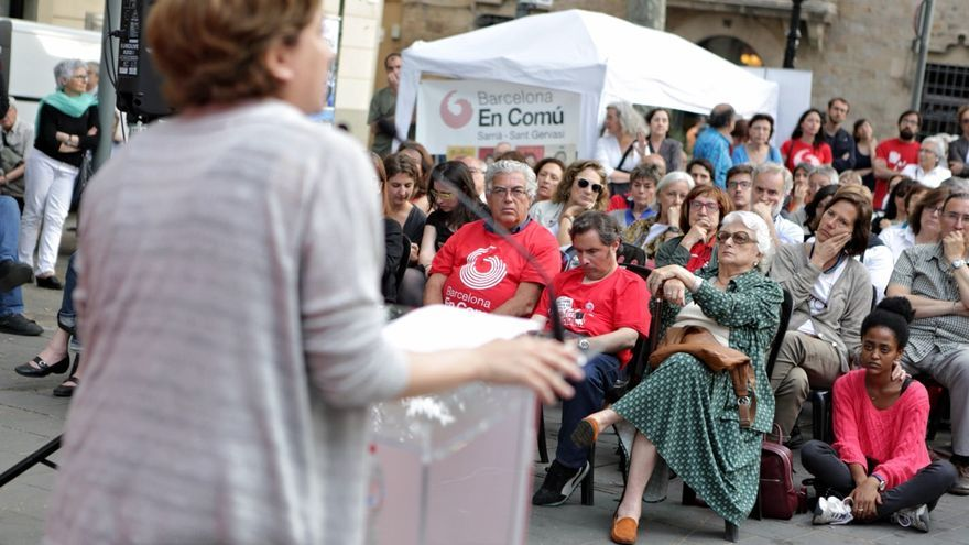 Ada Colau se dirige al público de Sarià durante un mitin / ERIC CATALÀ