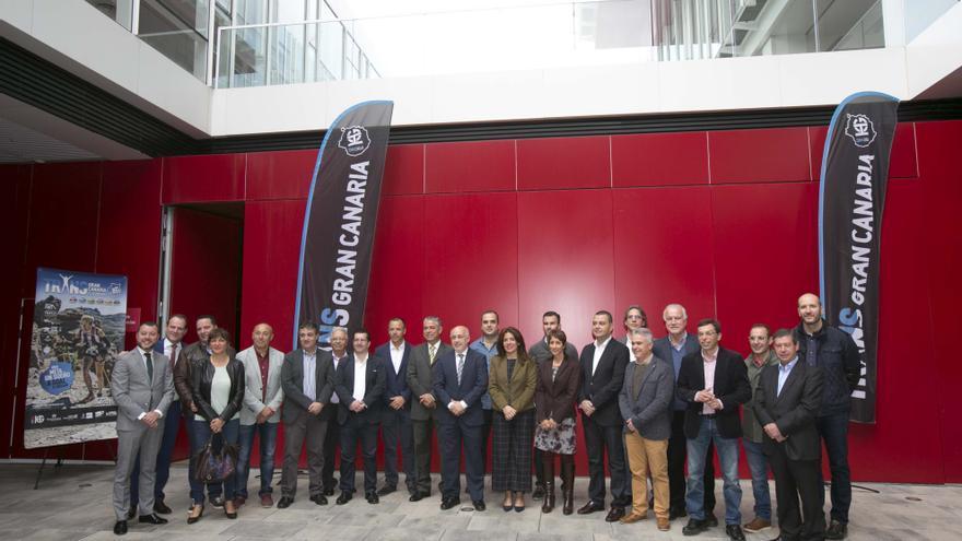 El presidente del Cabildo de Gran Canaria junto a representantes de lo 21 municipios de Gran Canaria en la sede del periódico Canarias 7, en el Sebadal.