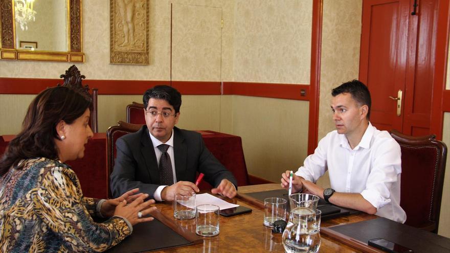 Ángela Delgado, presidenta de Asaga, con Pedro Martín (centro) y Héctor Gómez, candidatos del PSOE al Cabildo de Tenerife y al Congreso por la provincia occidental