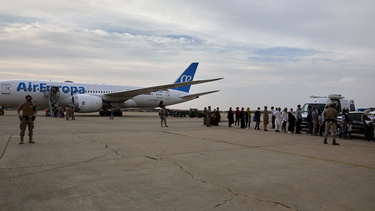 Varios refugiados afganos llegan a la base aérea de Torrejón de Ardoz a 24 de agosto.
