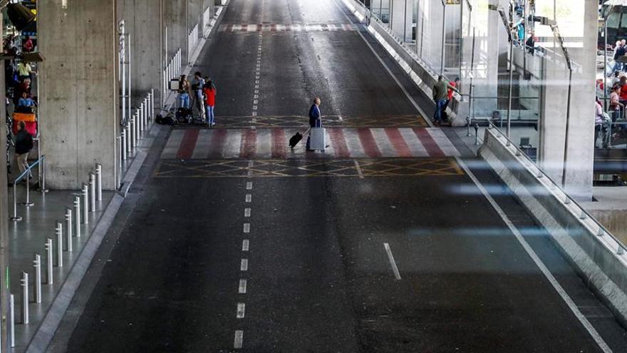 El aeropuerto de Barajas y estaciones de tren amanecen sin taxis por la huelga