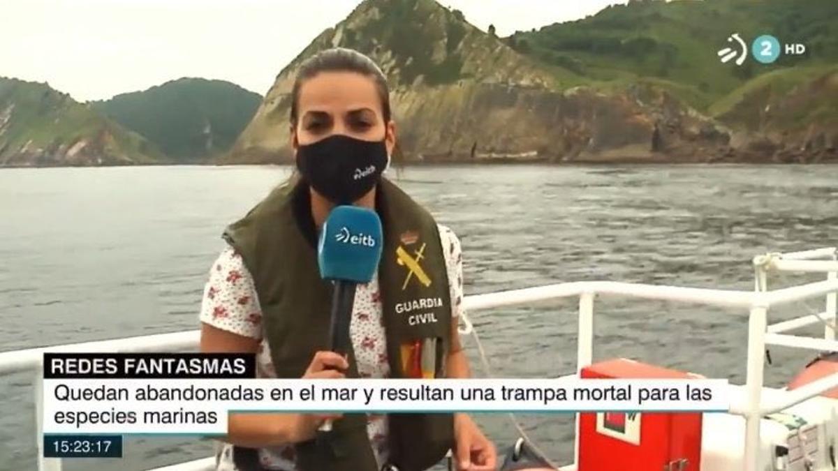 Idoia Gatón, periodista de EiTB, con el chaleco salvavidas de la Guardia Civil