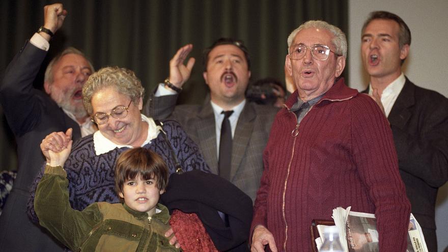 VI CONGRESO CONFEDERAL DE CC.OO.: Madrid, 20-1-1996.- El histórico dirigente sindical Marcelino Camacho (2d), acompañado por su esposa, Josefina Samper, y por su nieta, así como Agustín Moreno (d) y otros delegados asistentes al VI Congreso Confederal de Comisiones Obreras (CC.OO.), cantan la internacional antes de abandonar el estrado, una vez levantada la Mesa.