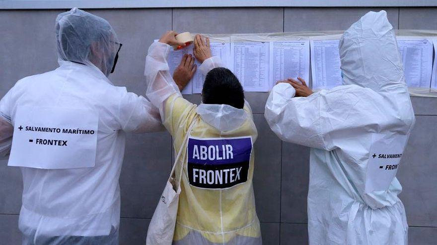 Activistas canarios empapelan, tras publicarse el informe, la sede del Frontex en Las Palmas con los nombres de los 40.555 muertos desde 1993 tratando de cruzar a Europa.