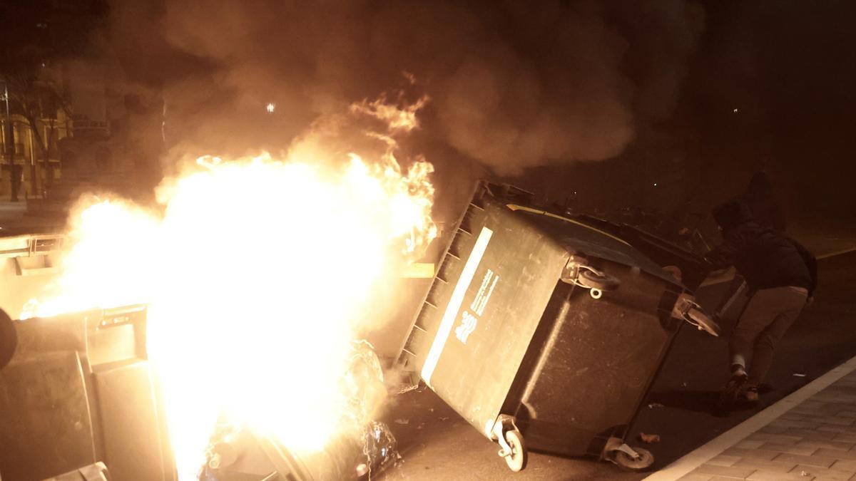 Contenedores ardiendo tras la manifestación celebrada en Pamplona para pedir la liberación del rapero Pablo Hasel