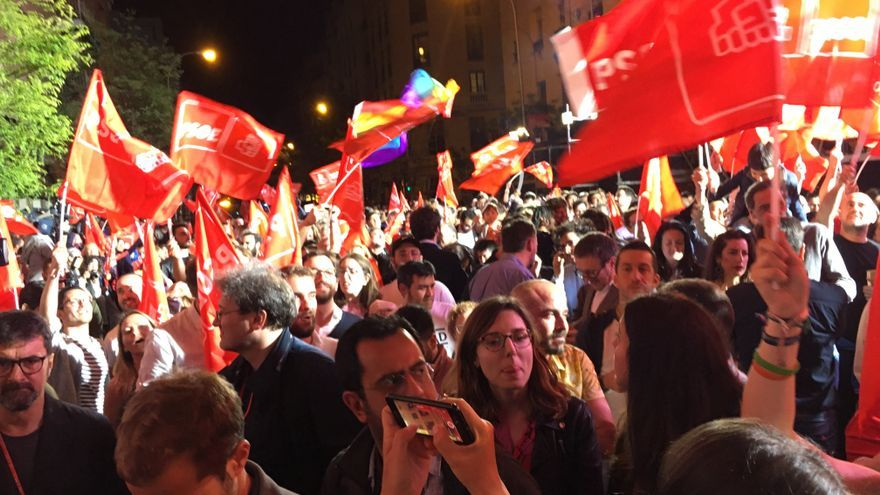 Seguidores del PSOE celebran la victoria electoral la noche del 28 de abril en Ferraz.