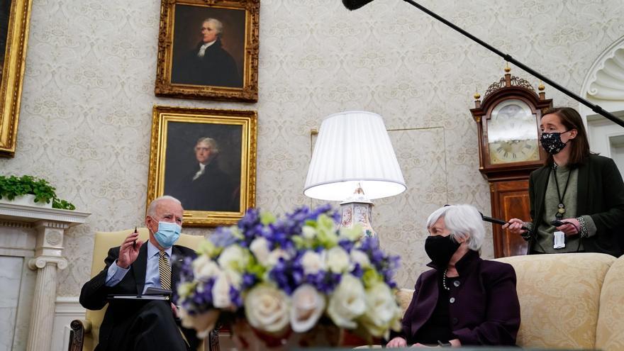 La secretaria del Tesoro de EE.UU., Janet Yellen, escucha al presidente de Estados Unidos, Joe Biden, durante una reunión en el Despacho Oval de la Casa Blanca, en Washington (EE.UU.), hoy 9 de abril de 2021. EFE/Amr Alfiky