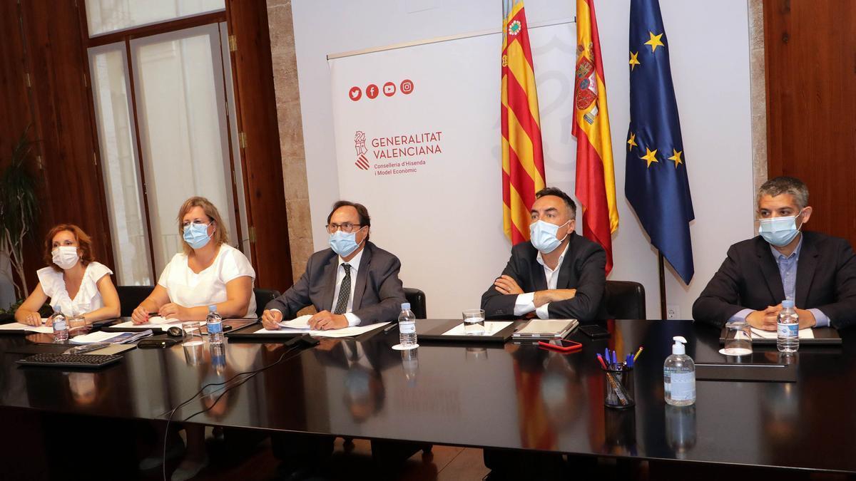 El conseller de Hacienda (en el centro de la imagen), acompañado de los directores generales valencianos encargados de la gestión de los fondos europeos.