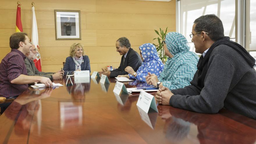 La delegación saharaui durante el encuentro con la vicepresidenta de Cantabira, el consejero de Educación y el director general de Cooperación.   RAÚL LUCIO