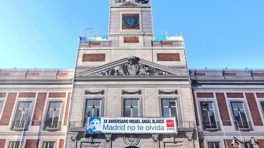 La pancarta en recuerdo a Miguel Ángel Blanco ya luce en la fachada de la Real Casa de Correos
