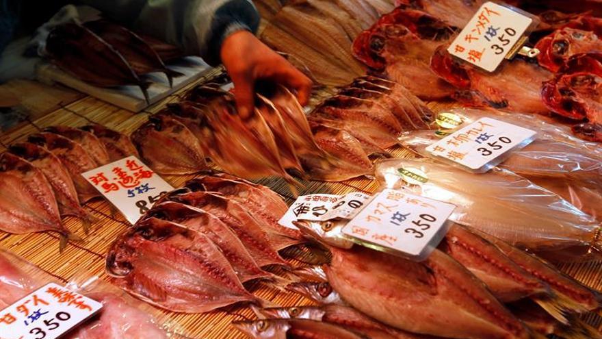 Tokio retrasa un año el traslado del conocido mercado de pescado de Tsukiji