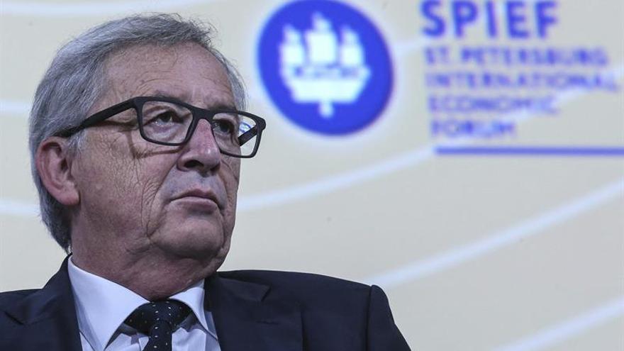 """Juncker dice que Grecia y Europa """"van de la mano"""""""