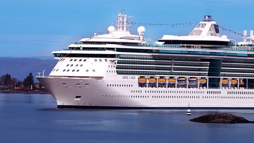 En la imagen, el crucero 'Jewell of the Seas' que atracará el sábado en la capital.