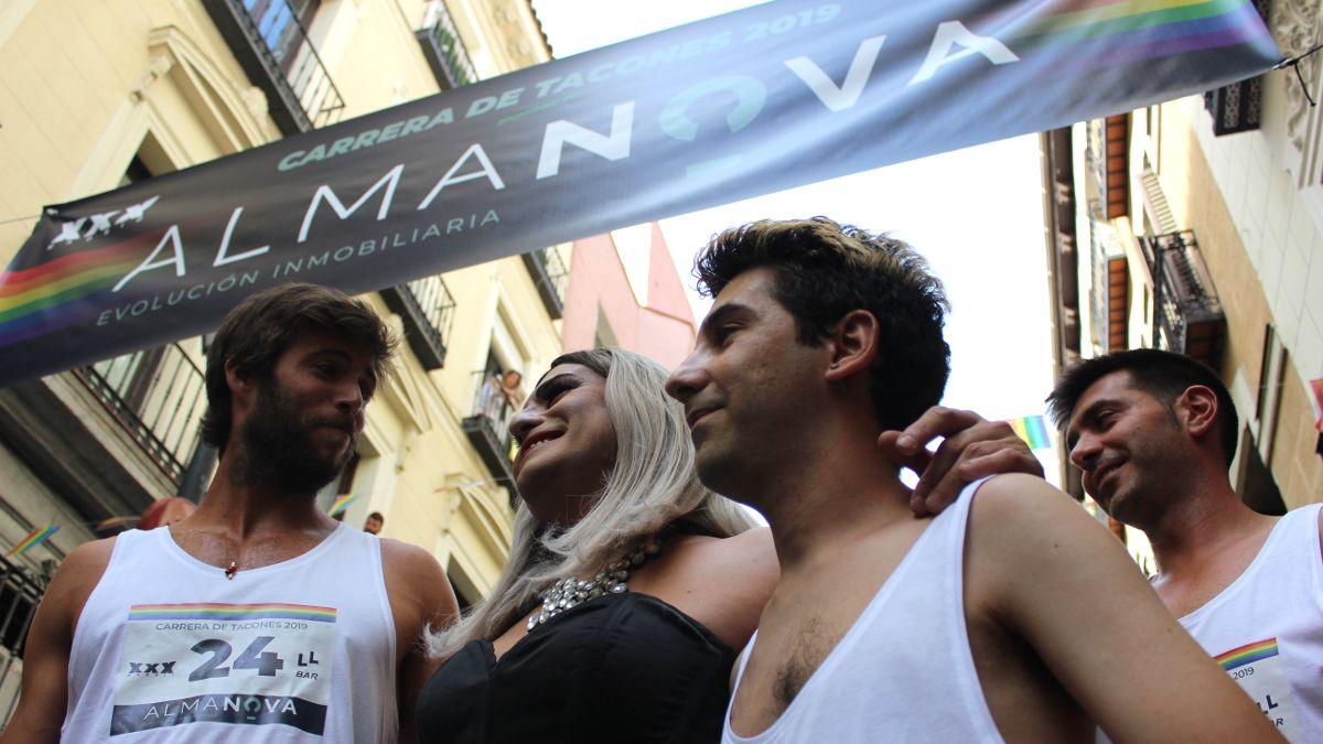 Arepita Diablitos con dos participantes de la Carrera de Tacones 2019 | SOMOS CHUECA