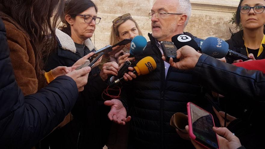 Antonio Montiel atiende a los periodistas.