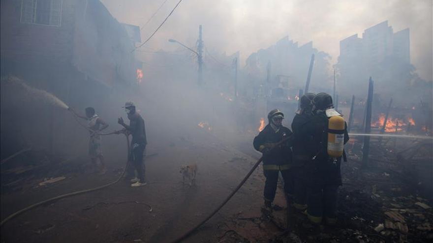 Un incendio de grandes proporciones destruye una favela en Sao Paulo