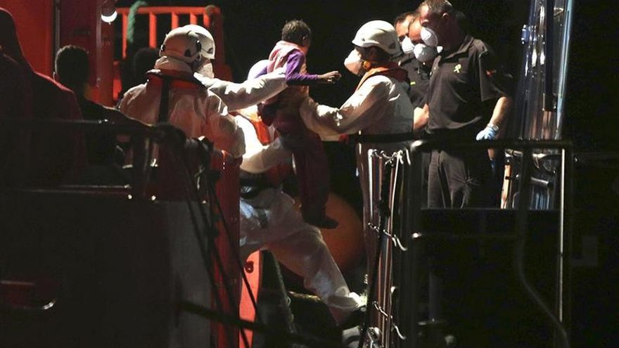 Buscan una patera con 27 personas, entre ellas 4 mujeres y 1 bebé, en Alborán