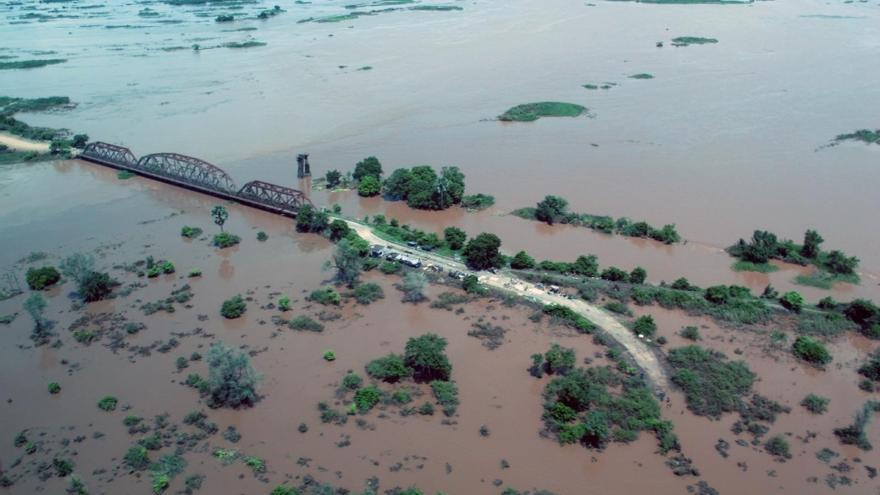 Vista aérea de una de las pocas partes visibles de la carretera que conecta Bangula con Makhanga (Malawi), donde viven 5.000 personas / Julien Lefèvre - MSF.