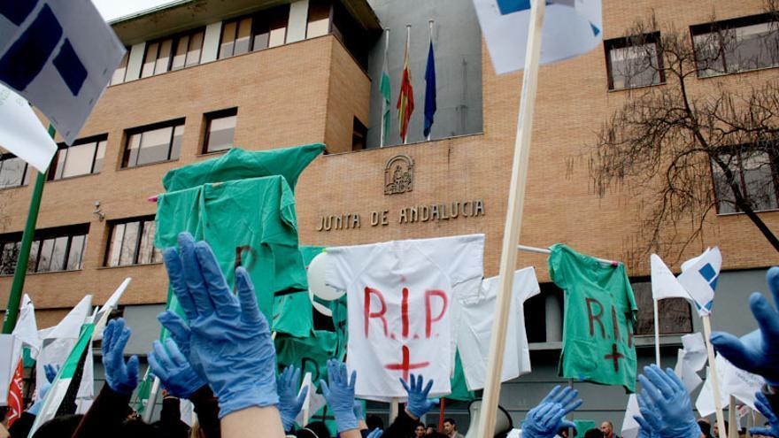 Manifestación de los trabajadores de clínicas de Pascual frente a la Consejería de Salud, en Sevilla. / J. G.