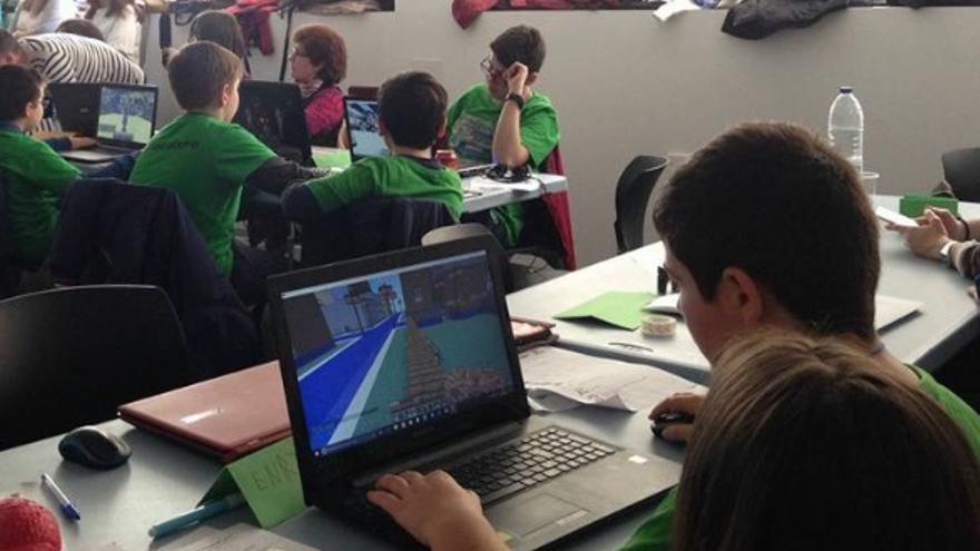 Jugando a Minecraft