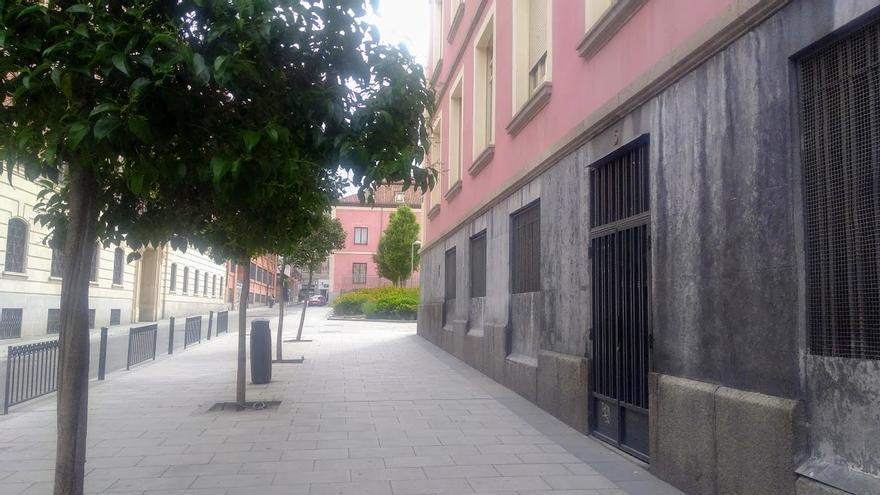 Puerta del colegio Isabel la Católica en la calle de la Beneficencia   SOMOS MALASAÑA