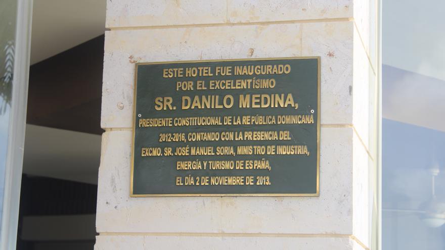 Placa de la inauguración del hotel Breahtless Punta Cana Resort & Spa